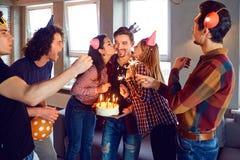 Freunde mit Geburtstagskuchen Geburtstag an einer Partei feiernd stockfoto