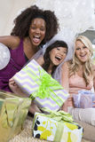 Freunde mit Geschenken schreiend bei Hen Party Stockbilder