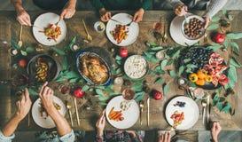 Freunde oder Familie, die am festlichen Weihnachtstisch, Draufsicht essen stockfotografie