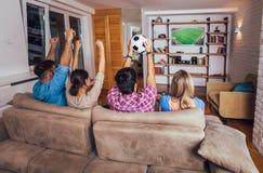 Freunde oder Fußballfane, die Fußball im Fernsehen aufpassen und zu Hause Sieg feiern Freundschaft, Sport und Unterhaltungskonzep stockfoto