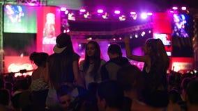 Freunde am Rockfestival, an der Menge von Leuten, am Stadiumslicht, an den hellen Lichtern und an den Belichtungseinheiten auf Sz stock footage