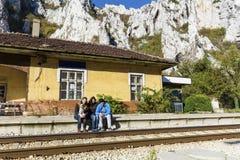 Freunde stationieren im Zug das Warten auf den Zug lizenzfreies stockfoto