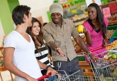 Freunde am Supermarkt Stockbild
