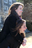 Freunde tragen huckepack Stockfoto