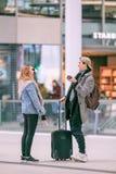 Freunde treffen sich oben und haben Spaß an zentralem Bahnhof Utrechts, die Niederlande Stockbilder