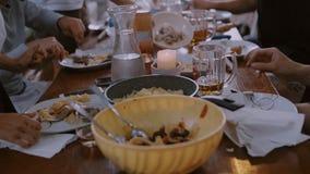 Freunde und Familie essen auf Terrasse zu Abend stock video footage