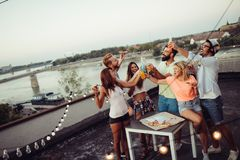 Freunde und Pizza Junge frohe Naturen, die Pizza essen und Spaß haben stockfotografie