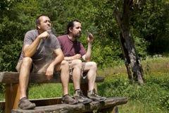2 Freunde verdunsten Ezigarette in der Natur Stockfotos