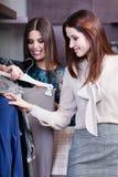 Freunde wählen ein Kleid Lizenzfreie Stockfotografie