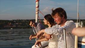 Freunde, welche die Glättung auf der Yacht genießen stock video