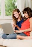 Freunde zu Hause Lizenzfreie Stockfotos