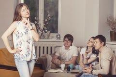 Freunde zu Hause und stehen über den Prozess des Trinkens des Tees in Verbindung Lizenzfreies Stockbild