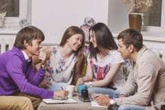 Freunde zu Hause und stehen über den Prozess des Trinkens des Tees in Verbindung Stockfotos