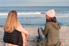 freunde Zwei Mädchen, die Meer auf dem Strand im Herbst betrachten Lizenzfreie Stockfotografie