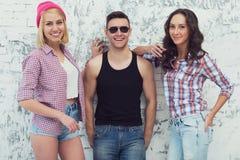 Freunde zwei schöne Mädchen und hübscher Kerl Lizenzfreies Stockbild