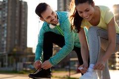 Freundeignung, die zusammen draußen lebendes aktives gesundes ausbildet Lizenzfreie Stockbilder