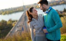 Freundeignung, die zusammen draußen lebendes aktives gesundes ausbildet Lizenzfreie Stockfotos