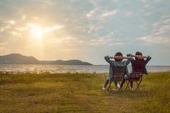 Freundfrauen, die Rest nahe Berg nach Trekking sitzen stockbilder
