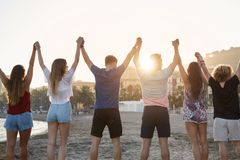 Freundhändchenhalten oben zusammen auf Strand lizenzfreies stockbild