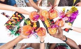 Freundhände, die Sommergetränke an der Cocktailbar auf glücklicher Stunde rösten stockfotografie
