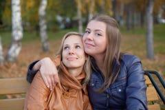 Freundin für einen Weg im Park Stockbilder