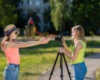 Freundin mit zwei Mädchen Sommer in der Natur Schreibt Video zur Kamera Rekord-vlog und Blog Rekordvideolektion für Lizenzfreies Stockbild