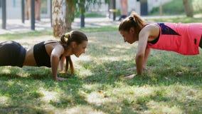 Freundin zwei führen die Übung zusammen durch, um sich zu helfen stock video