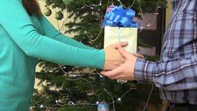 Freundinhände geben Präsentkarton für Freund auf Weihnachten stock video footage