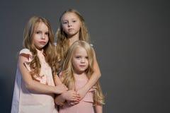 Freundinmodeporträt mit drei kleinen Mädchen nett lizenzfreie stockbilder