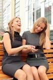 Freundinnen auf einer Bank Stockbild