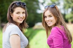 Freundinnen auf einer grünen Lichtung Stockfoto