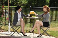 Freundinnen auf einer Mittagspause Lizenzfreie Stockfotos