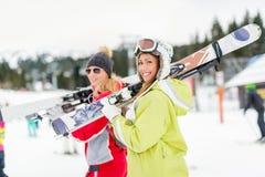 Freundinnen auf Winter-Ferien Lizenzfreie Stockfotos