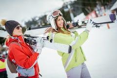 Freundinnen auf Winter-Ferien Lizenzfreie Stockfotografie