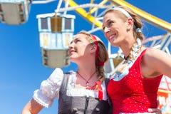 Freundinnen besuchen Volksfest haben Spaß royaltyfria foton