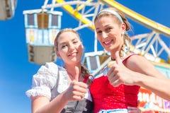 Freundinnen besuchen  Volksfest haben Spa� Stock Image