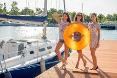 Freundinnen, die auf dem Meer stillstehen Stockfotografie