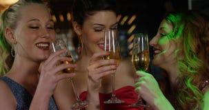 Freundinnen, die Champagner rösten stock video footage