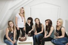 Freundinnen, die den Geburtstag der jungen Frau feiern Stockbild