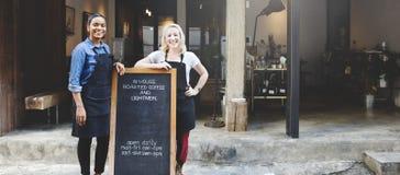 Freundinnen, die draußen Kaffeestube-Konzept lächeln lizenzfreie stockbilder
