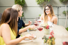 Freundinnen, die in einem Restaurant sprechen stockbilder