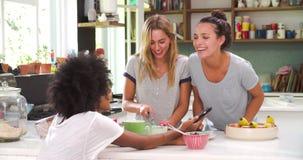 Freundinnen, die Frühstück machen, während, Handy überprüfend stock video
