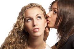 Freundinnen, die ihre Geheimnisse teilen Stockbild