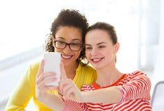 Freundinnen, die selfie mit Smartphonekamera nehmen Stockfotos