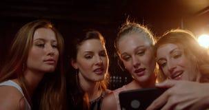 Freundinnen, die selfie vom Handy nehmen stock video footage