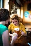 Freundinnen, die zusammen Bier trinken Stockfotografie