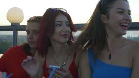 Freundinnen, die zusammen an der Dachspitzenstange hängen und Spaß haben stock video