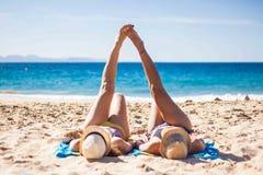 Freundinnen, die zusammen im Strand genießen lizenzfreie stockbilder
