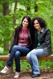 Freundinnen im Park Stockbilder