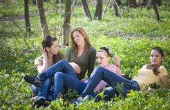 Freundinnen im Wald Stockfotografie